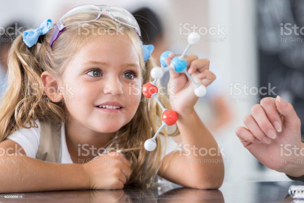 Élève de l'école primaire en classe de sciences - Photo