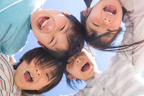 円陣を組む小学生 - 子供 ストックフォトと画像
