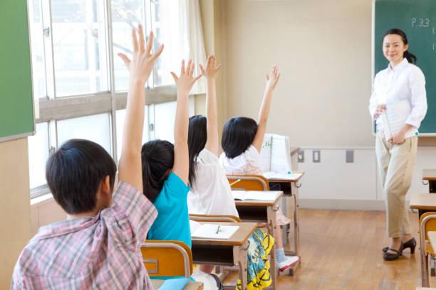 4 バックを高めるために教室で小学生 - 小学校 ストックフォトと画像