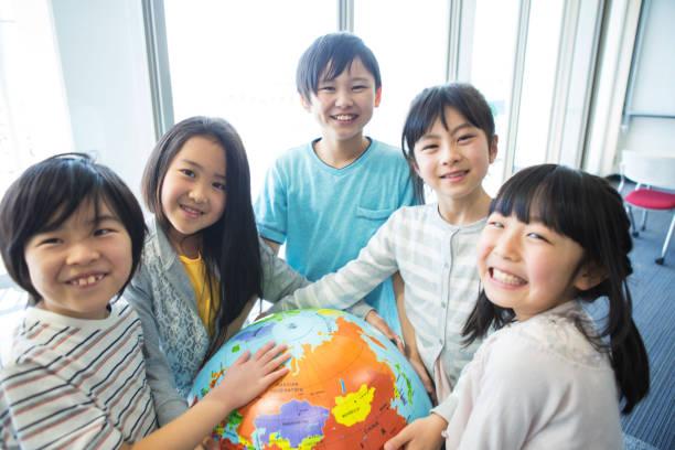 地球儀を持った小学生 - 小学校低学年 ストックフォトと画像