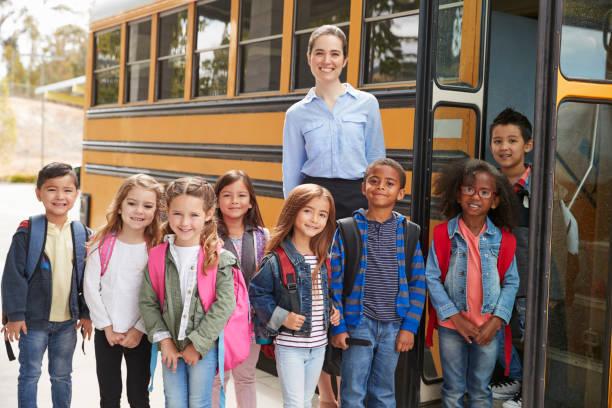 escuela primaria profesor y alumnos por autobús escolar - autobuses escolares fotografías e imágenes de stock