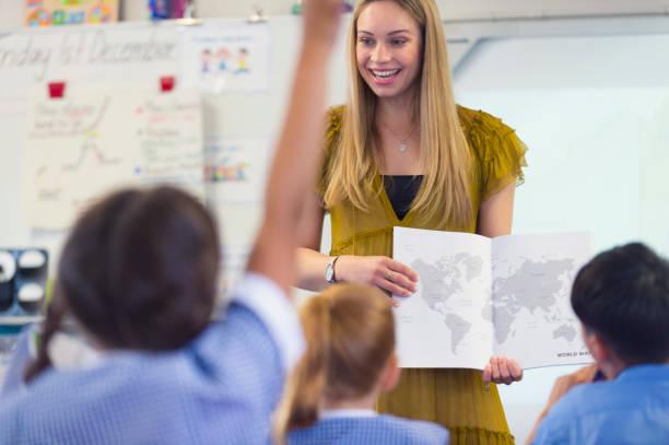 die lehrer der grundschule eine präsentation in der klasse. - kartographie stock-fotos und bilder