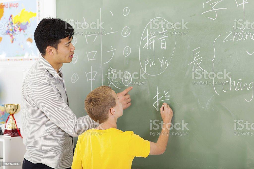 小学校教諭している少年の書き込み中国 ストックフォト