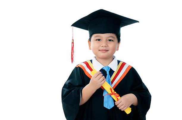 Elementary Schoolboy In Graduierten-Talar – Foto