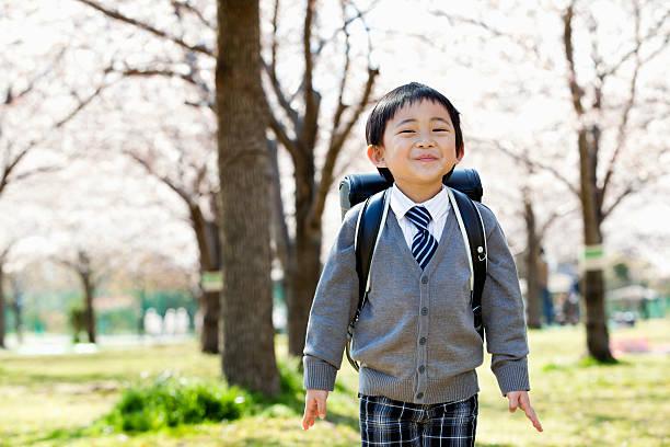 小学生のスクールボーイ - 小学校 ストックフォトと画像