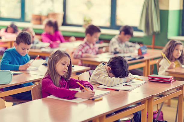 Elementary student ein Nickerchen in ein Klassenzimmer. – Foto