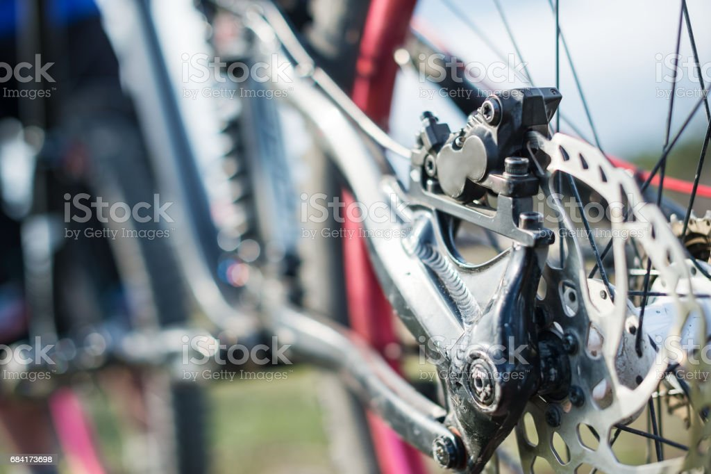 Elements of the suspension of the mtb bike of a two-pendant mountain bike close-up brake disc brake foto stock royalty-free