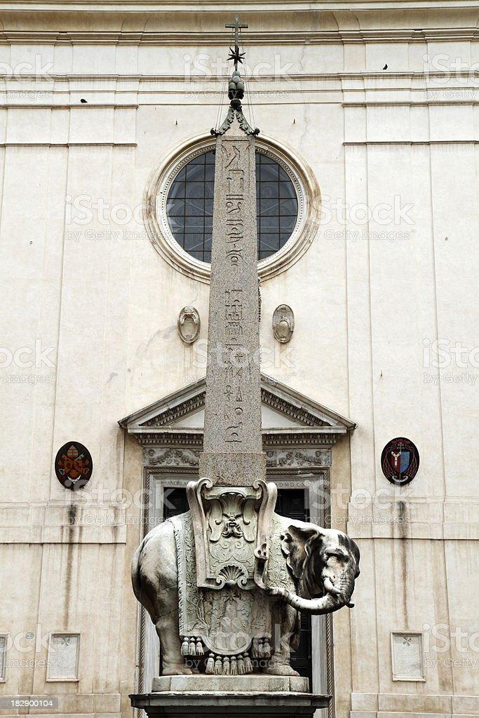 Elefante e o obelisco sobre o pequeno - foto de acervo
