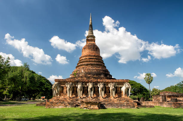parque histórico de sukhothai templo de elefante na noite, tailândia, unesco - sukhothai - fotografias e filmes do acervo