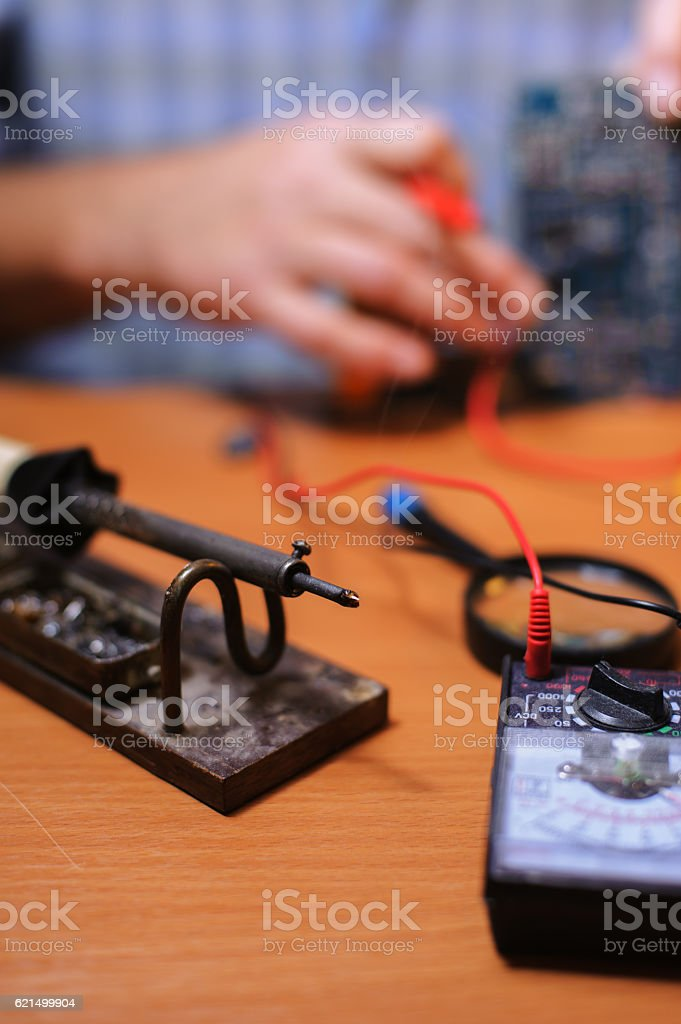 Eletrician checking circuit board by multimeter Lizenzfreies stock-foto