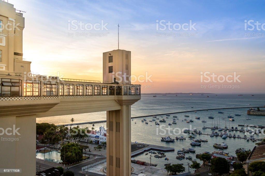 Elevador Lacerda (Elevador Lacerda) no pôr do sol - Salvador, Bahia, Brasil - foto de acervo