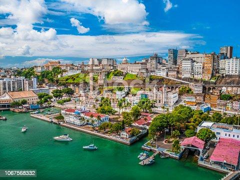 Imagem da cidade baixa de Salvador vista Elevador Lacerda e mercado modelo
