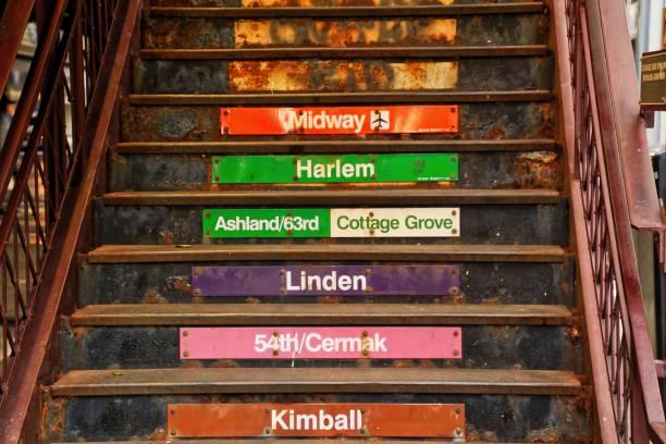 """erhöhte """"el"""" train-treppe am wabash avenue in chicago loop - hochbahn passagierzug stock-fotos und bilder"""