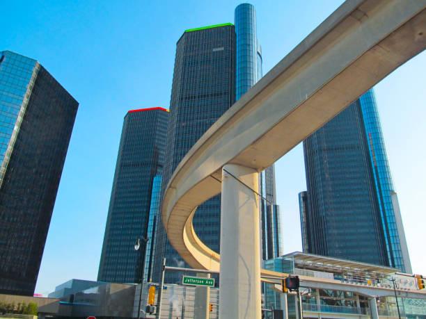 erhöhten überführung brücke des eisenbahnsystems in der innenstadt von detroit. - hochbahn passagierzug stock-fotos und bilder
