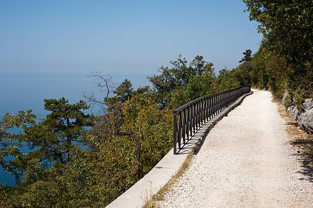 elevata assolata trail rivolta verso il mare blu - via monte napoleone foto e immagini stock