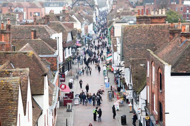 erhöhten blick mittelalterlichen straße bei touristen und einheimischen in canterbury kent england - hochmittelalter stock-fotos und bilder