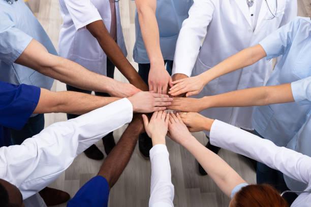 Erhöhte Ansicht von Ärzten Stapeln Hände – Foto