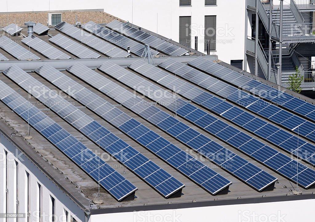 Erhöhte Ansicht von new Sonnenkollektoren auf dem Dach – Foto