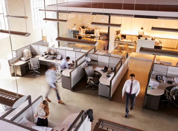 忙しいオープン プラン オフィスで働くスタッフの立面図 - オフィス ストックフォトと画像