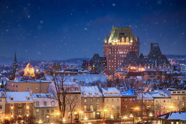 Erhöhten Blick auf die Quebec City-Skyline bei Nacht an einem verschneiten Winterabend – Foto