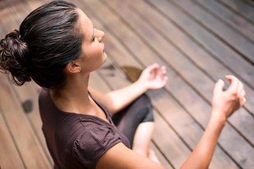 Elevated View Of Woman Meditating - Fotografie stock e altre immagini di Adulto