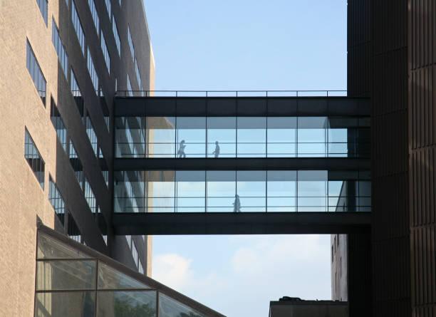 passerelle communicante immeubles de bureaux - passerelle pont photos et images de collection