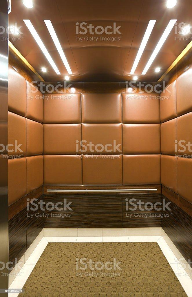 Aufzug in einem luxuriösen Hochhaus. – Foto