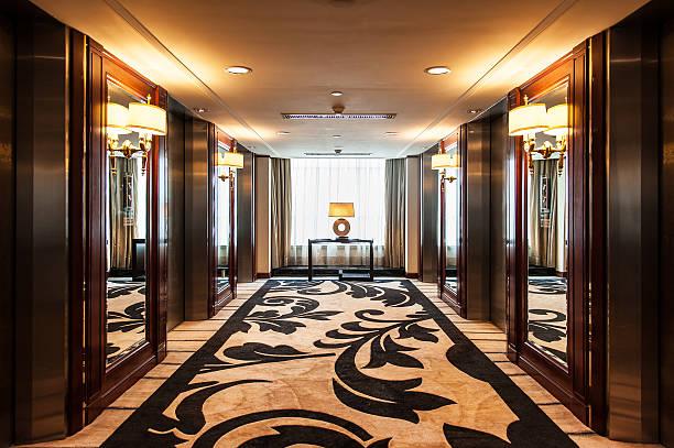 aufzug in der lobby in luxushotel - eingangsbereich teppich stock-fotos und bilder