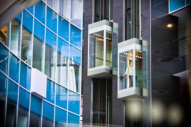 ascensori all'interno dell'edificio moderno ufficio - ascensore foto e immagini stock