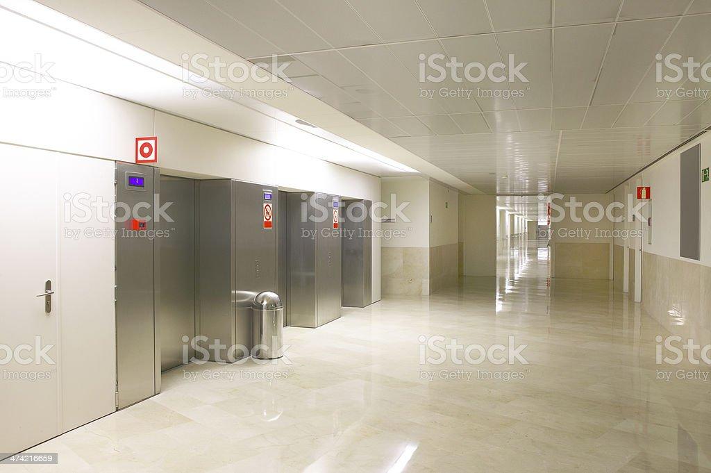Ascensori in ingresso e corridoio di ospedale fotografie stock e