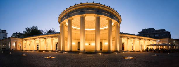 elisenbrunnen in aachen, deutschland am abend - panorama - aachen stock-fotos und bilder