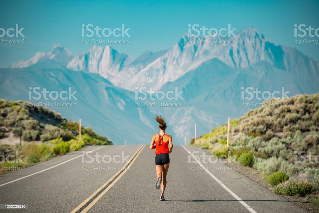 Athlète élite femmes courir sur une route dans les montagnes de la Sierra, Californie - Photo