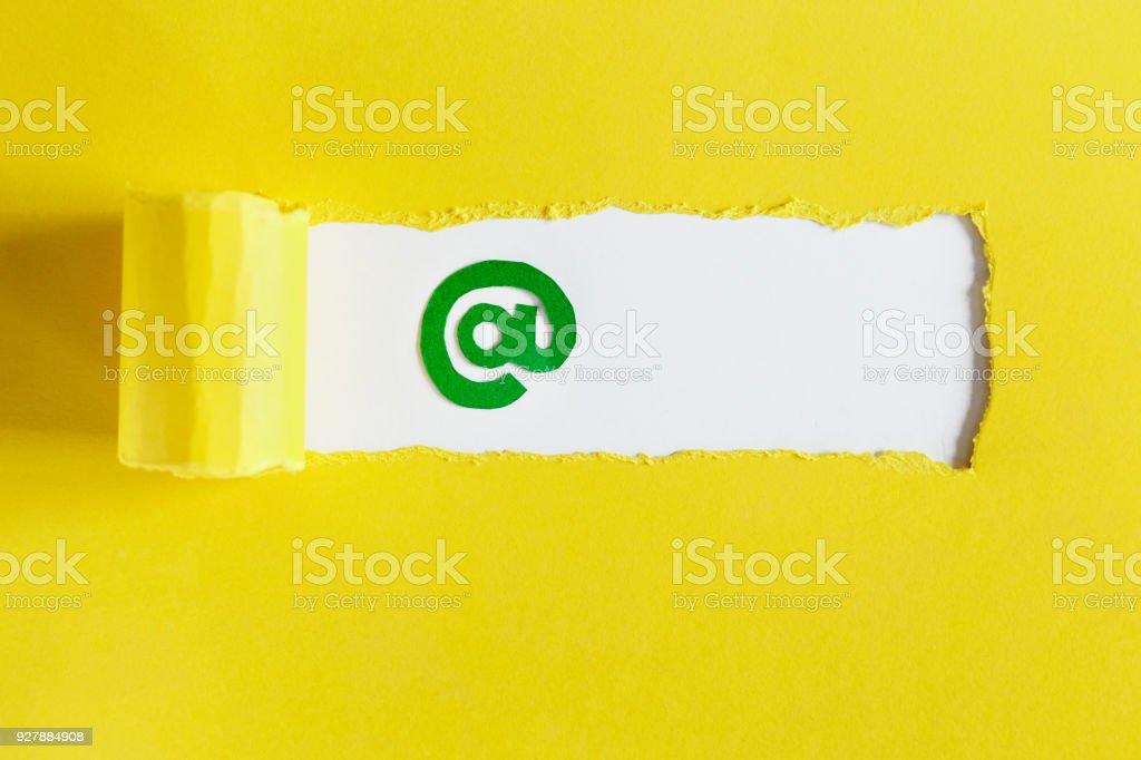 Empresa de email - símbolo de e-mail em um fundo amarelo. Alimentar de volta - foto de acervo
