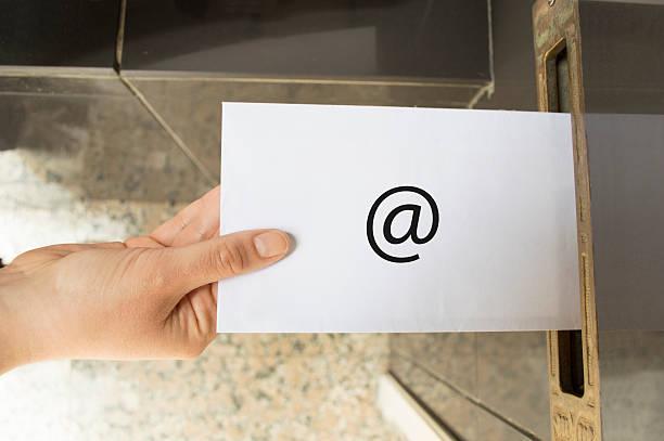 símbolo de correo electrónico de comunicación de internet - postal worker fotografías e imágenes de stock