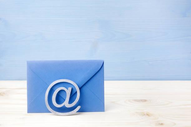 E-Mail-Symbol auf Holzhintergrund mit Kopierraum – Foto