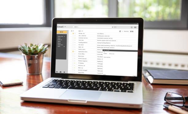 E-Mail-Liste auf einem Laptop-Bildschirm, Büroarbeitsbereich – Foto