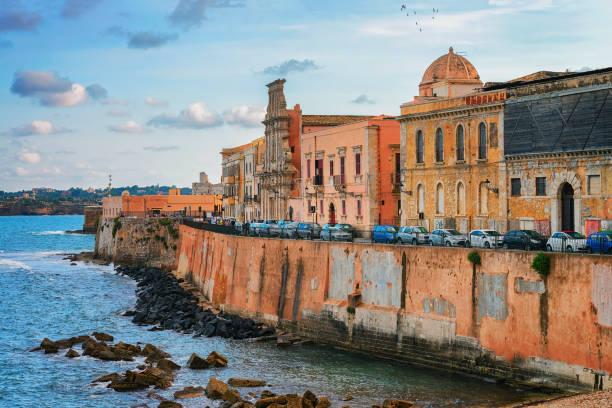 böschung in altstadt in siracusa und mittelmeer-sizilien - ortygia stock-fotos und bilder