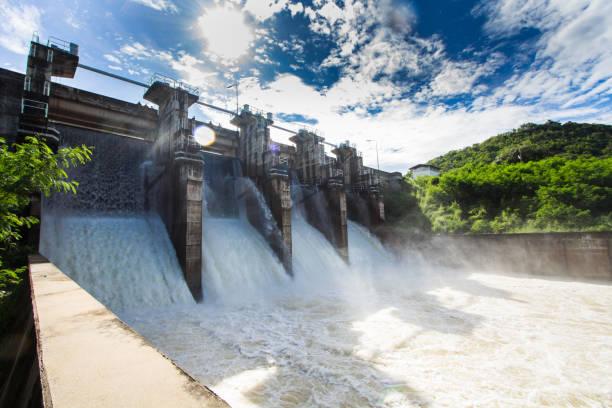 набережная плотины - энергия воды стоковые фото и изображения