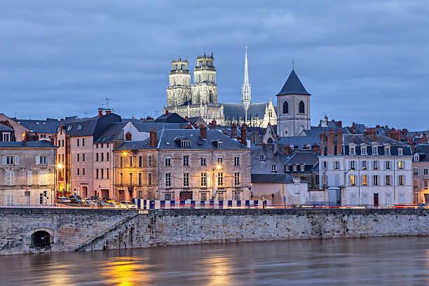Ufer des Loire und Orleans-Kathedrale – Foto