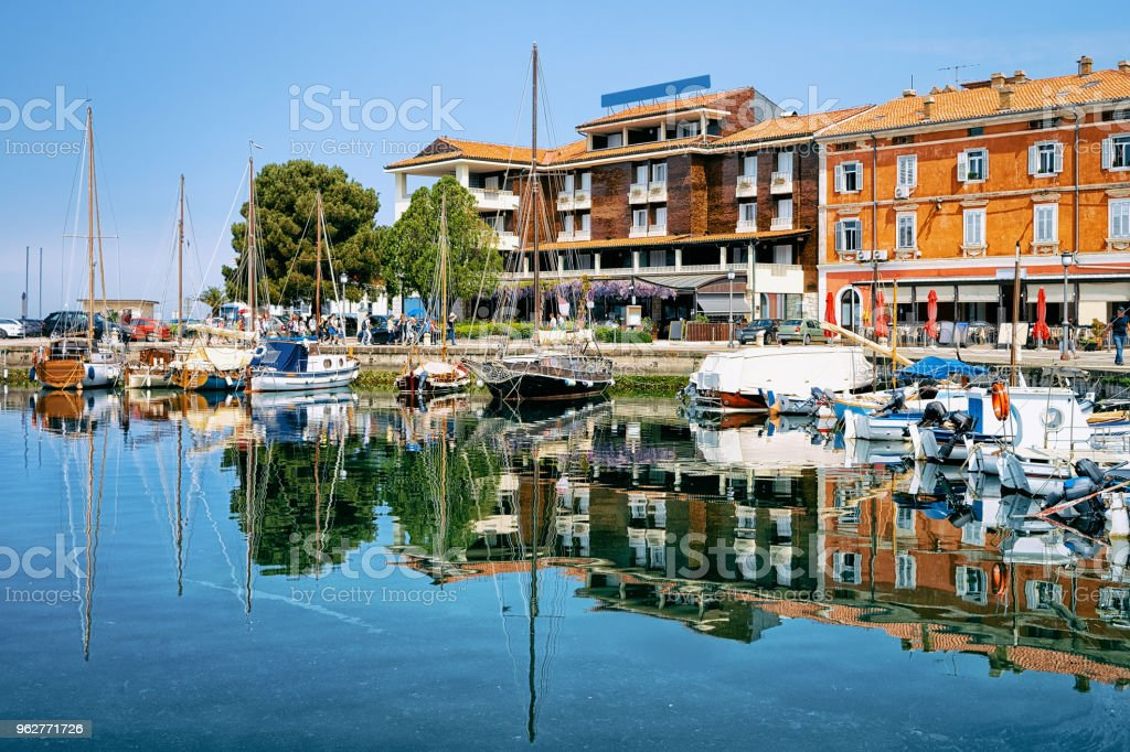 Embankment of port in Adriatic Sea in Izola Slovenia - Foto stock royalty-free di Acqua