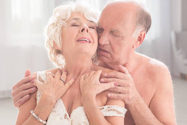 abrazar de amor - pareja mayor fotografías e imágenes de stock