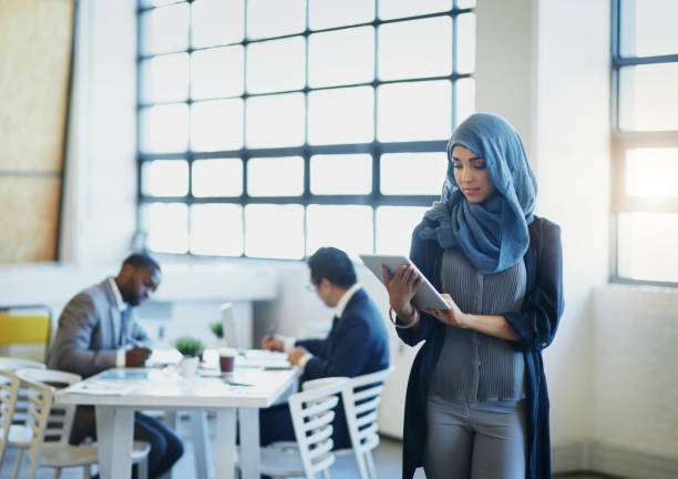 embracing a more global and mobile business world - hijab foto e immagini stock