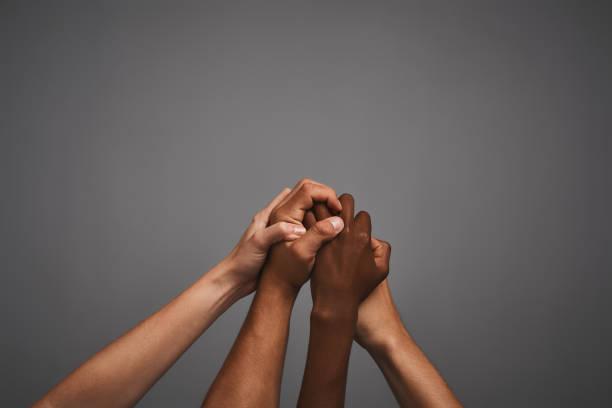 embrasser la diversité ensemble - fond couleur uni photos et images de collection