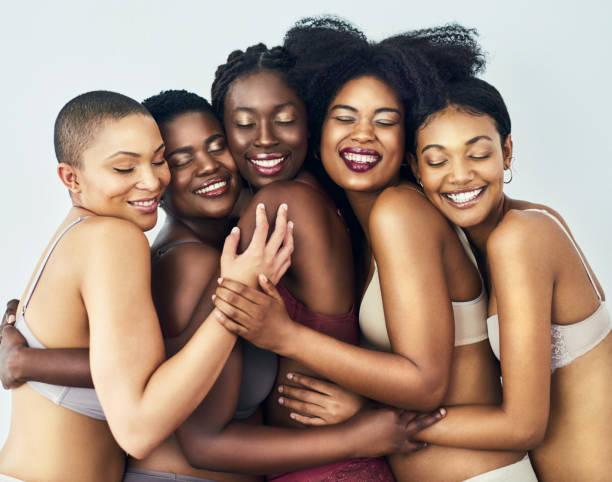 Abrazar la belleza de los demás - foto de stock