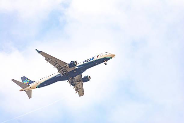 embraer e-195 da azul brazilian airlines desembarcando no aeroporto de congonhas cgh), são paulo - aeroporto de congonhas - fotografias e filmes do acervo