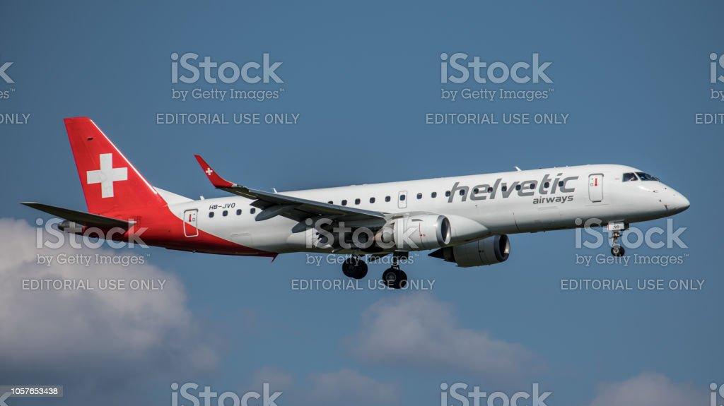 Embraer ERJ-190AR Helvetic Airways landet am Flughafen Zürich – Foto