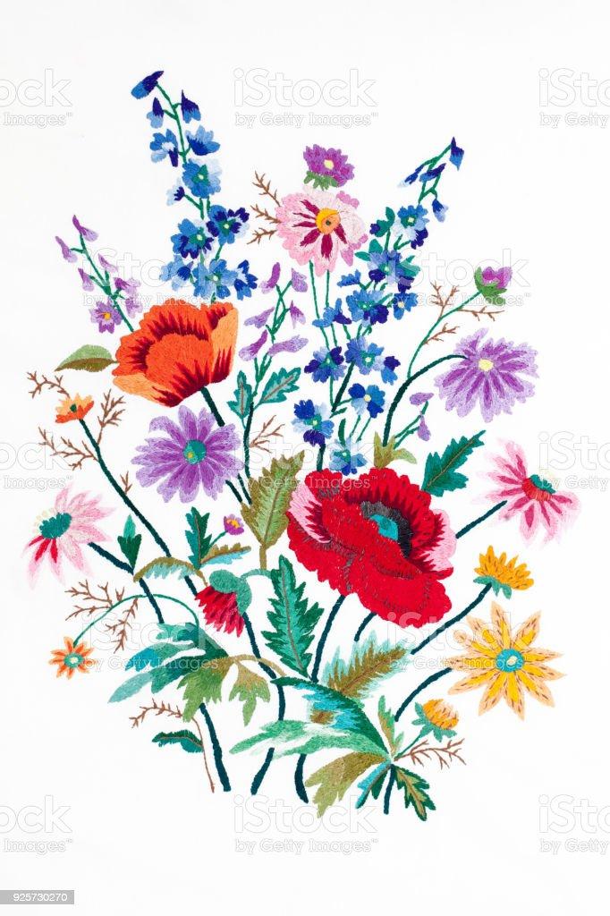 Bestickte Blumenstrauß isoliert auf weißem Hintergrund – Foto