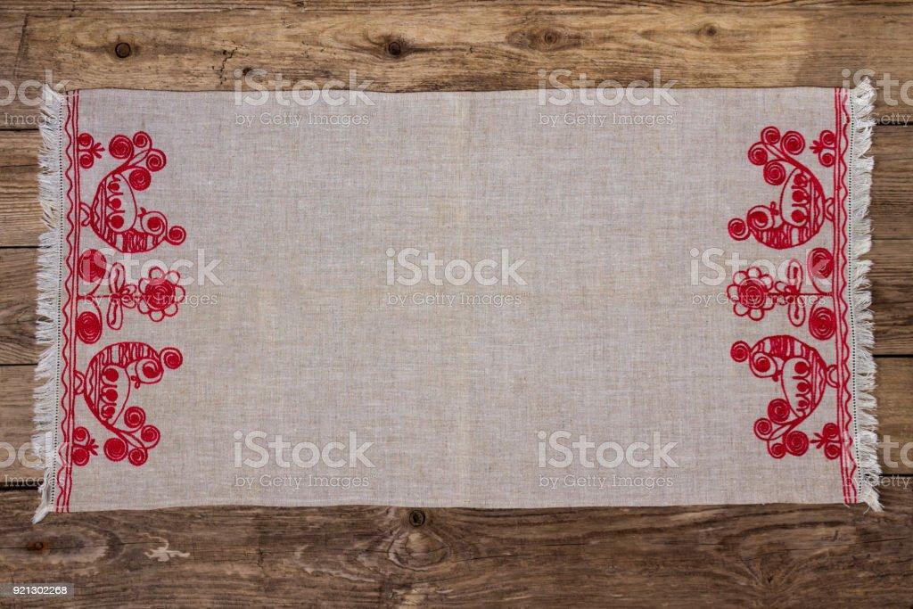 Stickerei Leinen Serviette auf dem alten Holztisch - Lizenzfrei Bauholz-Brett Stock-Foto