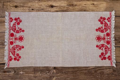 Stickerei Leinen Serviette Auf Dem Alten Holztisch Stockfoto und mehr Bilder von Bauholz-Brett