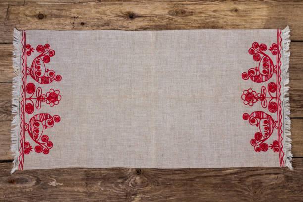 stickerei leinen serviette auf dem alten holztisch - klapprahmen stock-fotos und bilder